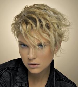 Tagli di capelli corti ricci donne cinquantenni