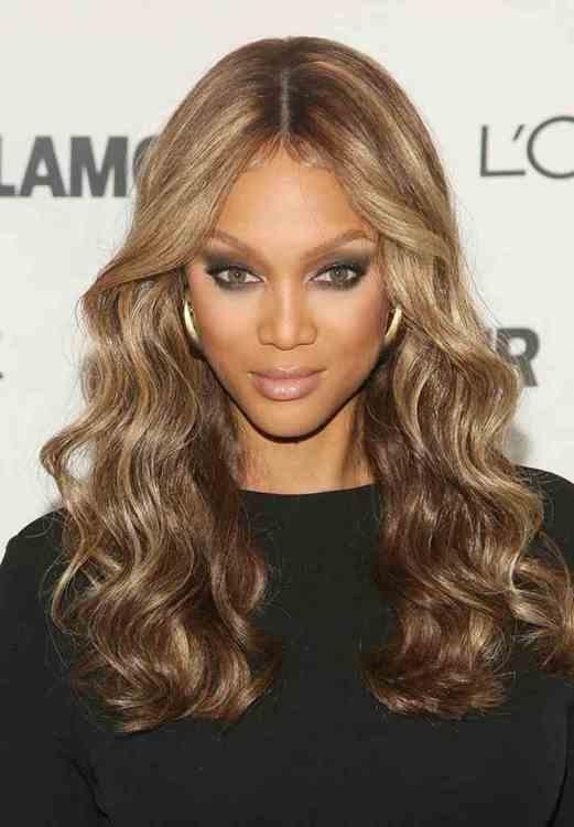 """La regola generale è: le donne che hanno i capelli naturalmente ricci vorrebbero i capelli lisci, quelle che, invece, li hanno lisci, inspiegabilmente (mica tanto, poi...) li vogliono ricci. E quelle che li vogliono mossi? Beh, oggi come oggi il mosso, purché superperfetto, quasi come quello di una bambola, va tremendamente di moda, tant' è che molte VIP hanno i capelli mossi """"ma perfetti""""... E poi, diciamocelo, di tanto in tanto sostituire il proprio look è un bene per noi e per gli altri, ci fa star bene. Mi raccomando: non stressiamo troppo i capelli (come ogni parte del corpo umano) che se vogliamo che siano belli dobbiamo innanzitutto far in modo che siano sani."""