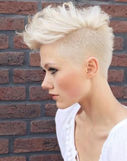 Taglio capelli corto biondo platino