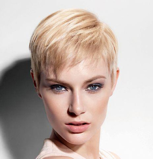 Se non vuoi perdere il giro con ciò che fa tendenza, non saltare questo taglio di capelli molto corto. Adatto quasi a tutte, rende il viso piu' luminoso e bello. Classic-cute-short-pixie-haircut