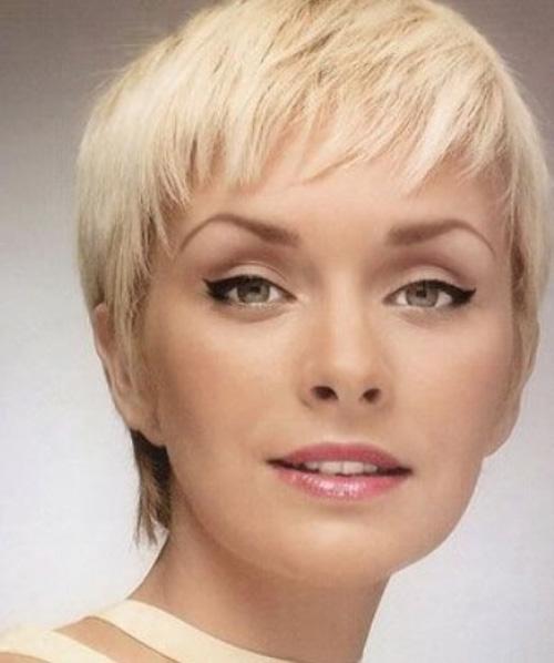 Se non vuoi perdere il giro con ciò che fa tendenza, non saltare questo taglio di capelli molto corto. Adatto quasi a tutte, rende il viso piu' luminoso e bello. Edgy-short-pixie-cut-round-face