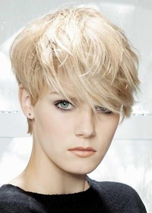 Se non vuoi perdere il giro con ciò che fa tendenza, non saltare questo taglio di capelli molto corto. Adatto quasi a tutte, rende il viso piu' luminoso e bello. Pixie-very-short-layered-hair