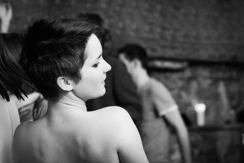 Se non vuoi perdere il giro con ciò che fa tendenza, non saltare questo taglio di capelli molto corto. Adatto quasi a tutte, rende il viso piu' luminoso e bello. Short-pixie-haircut-back