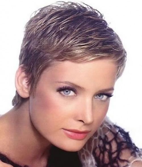 Se non vuoi perdere il giro con ciò che fa tendenza, non saltare questo taglio di capelli molto corto. Adatto quasi a tutte, rende il viso piu' luminoso e bello. Very-short-pixie-haircuts