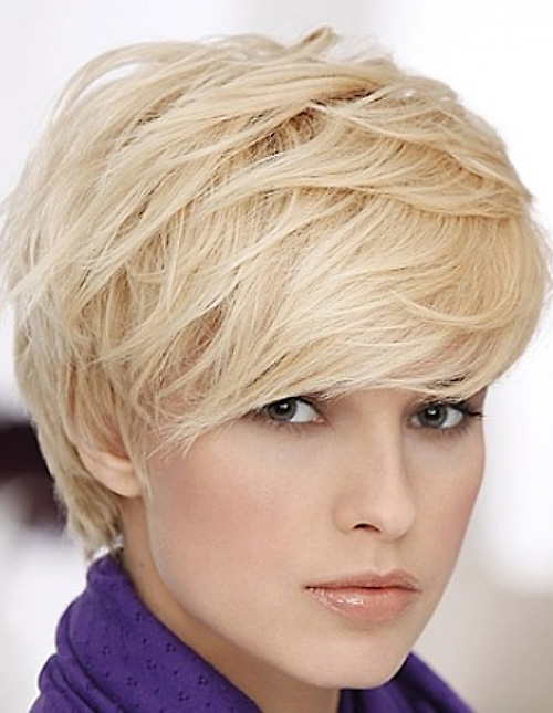 Se non vuoi perdere il giro con ciò che fa tendenza, non saltare questo taglio di capelli molto corto. Adatto quasi a tutte, rende il viso piu' luminoso e bello. blonde-layered-pixie-haircut