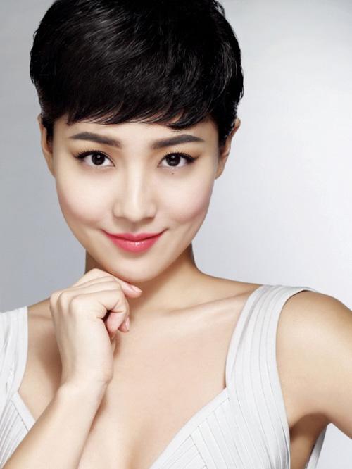 Se non vuoi perdere il giro con ciò che fa tendenza, non saltare questo taglio di capelli molto corto. Adatto quasi a tutte, rende il viso piu' luminoso e bello. ixie-haircuts-for-asian-women