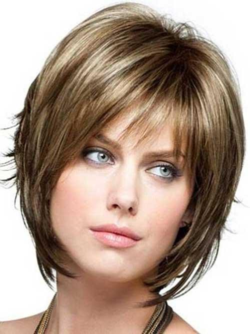 Tagli di capelli corti scalati con frangia