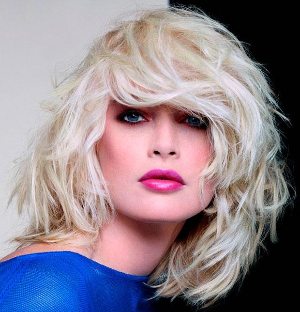 """Irregolarmente mossi ed un'aura """"grunge"""" tipica degli anni novanta per questa acconciatura capelli medi castani. Portabilissimi."""