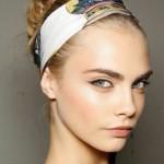 cara-delvigne-hairstyle-con-fascia