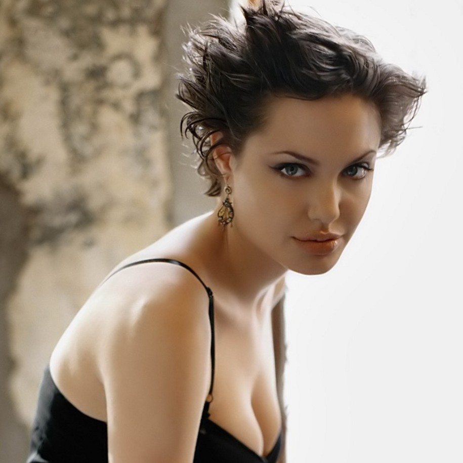 Angelina-Jolie-Spiky-Haircut-915x915 Angelina-Jolie-Spiky-Haircut-915x915