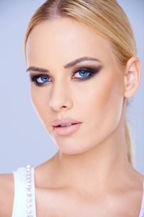 Maquillage-yeux-bleus-cheveux-blonds_resize_diapo_h_diaporama_550
