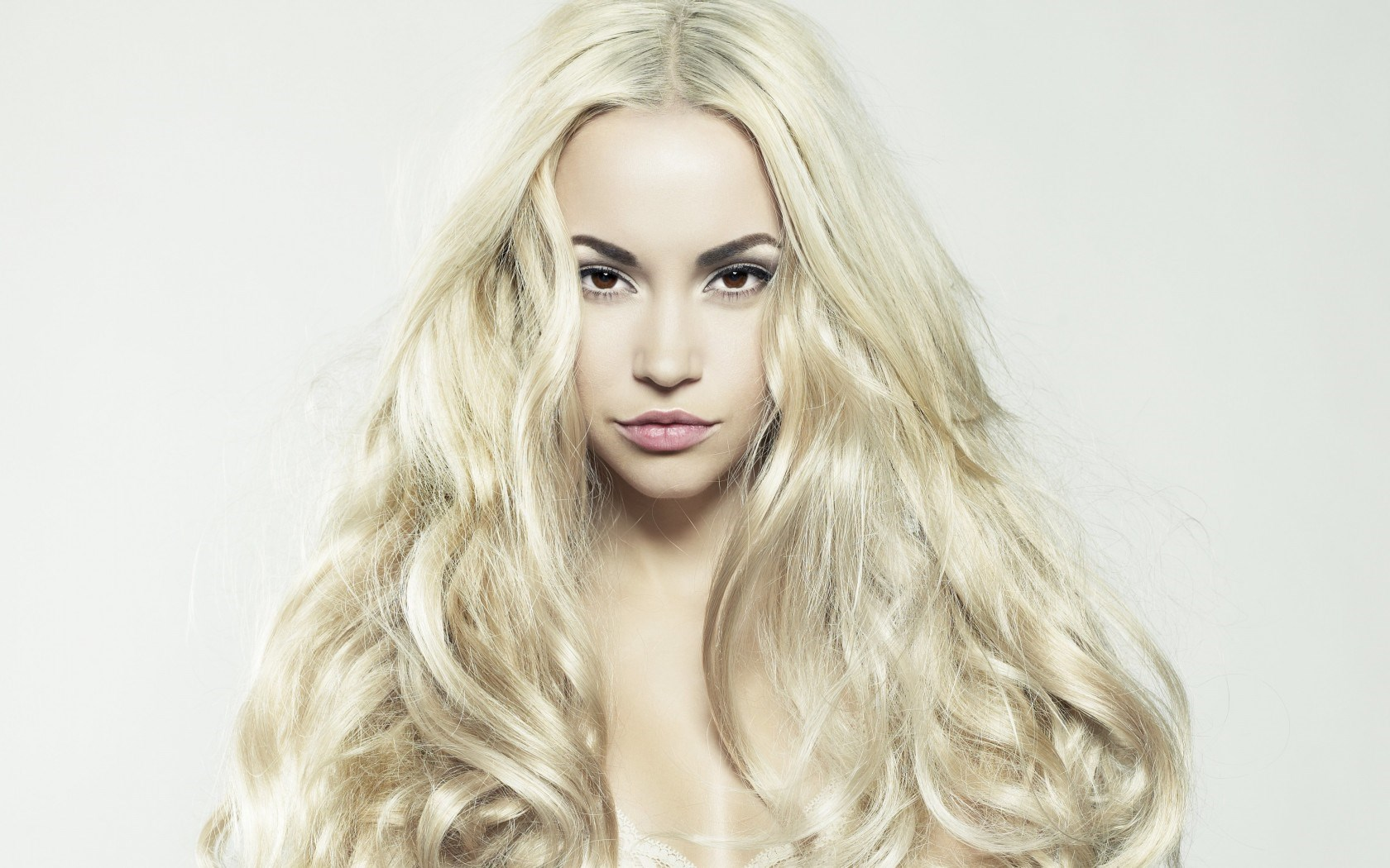 capelli lunghi biondi blonde-girrl-long-hair-make-up-beautiful-models-photo-wallpaper