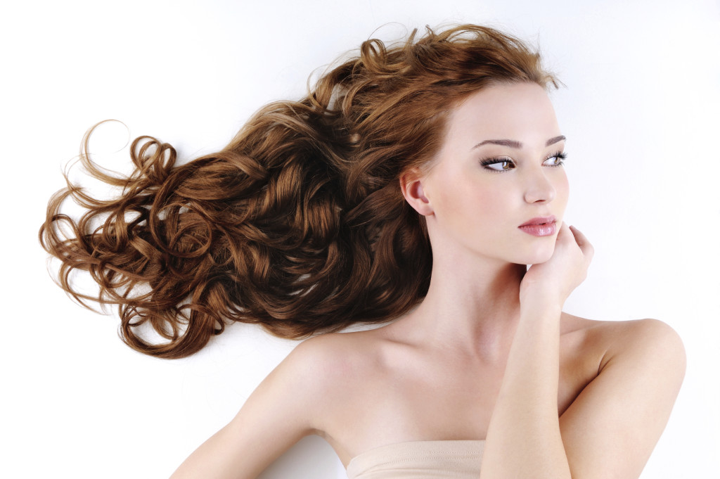 capelli mossi senza piastra how-to-make-curly-hair-wavy-hair-salon-como-1024x681