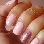 Smalto-rosa-e-unghia-glitter