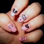 base-unghie-rosa-con-cuoricini-neri-per-nail-art