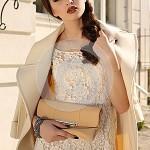bella-donna-da-signora-con-capelli-scuri-cappotto-elegante-della-lana-46039828