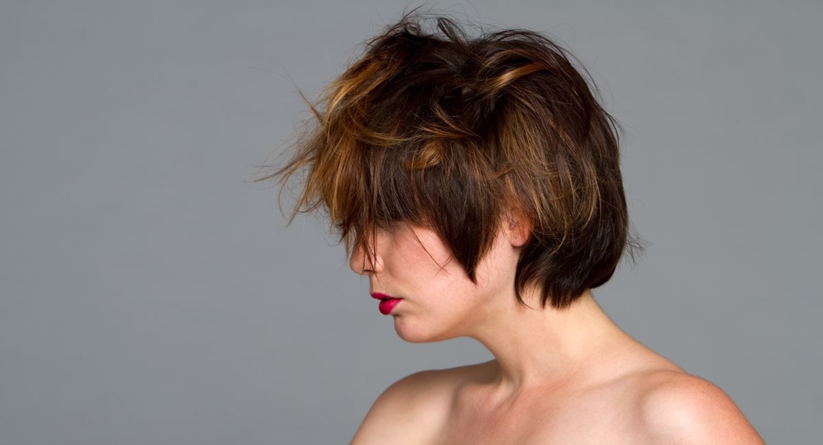 Tagli capelli corti caschetto scalato con frangia