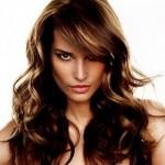 capelli-lunghi-ondulati-con-meches-dorate