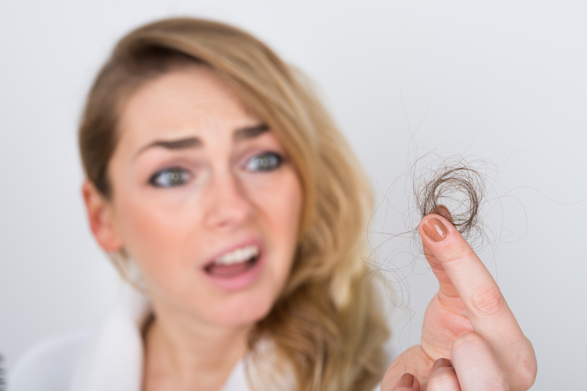 Caduta dei capelli  perché cadono e come evitarlo. cf4506c36af8