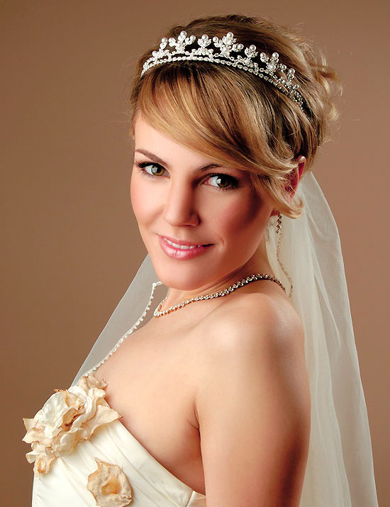 short-wedding-hairstyles-with-tiara