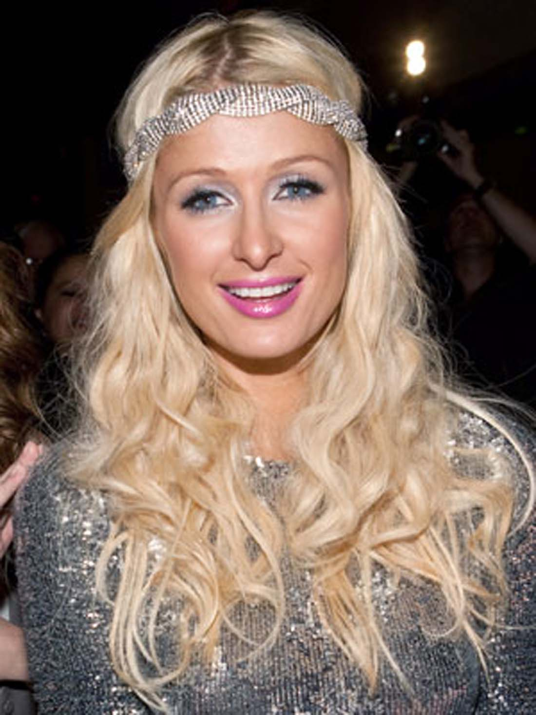 sparkly-headband-at-bouncy-waves-hairstyle-of-paris-hilton-more-for-headband-hairstyles-v-cut-and-u-cut-hairstyles