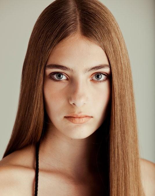 taglio-capelli-lunghi-e-lisci-con-riga-in-mezzo