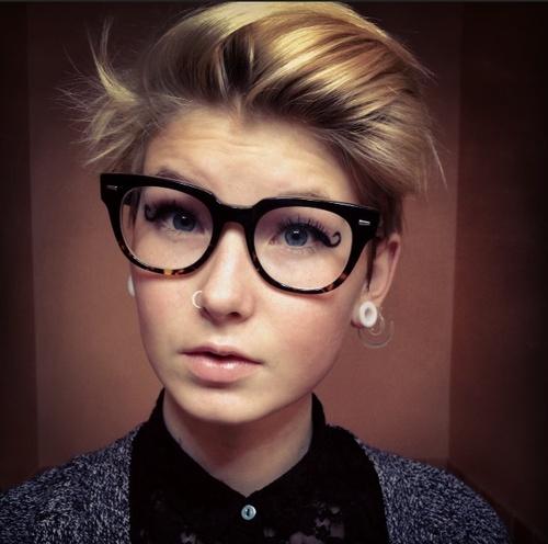 Donne capelli corti e occhiali