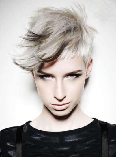 ispirazione-punk-per-pixie-biondo-platino-con-ciuffi-neri
