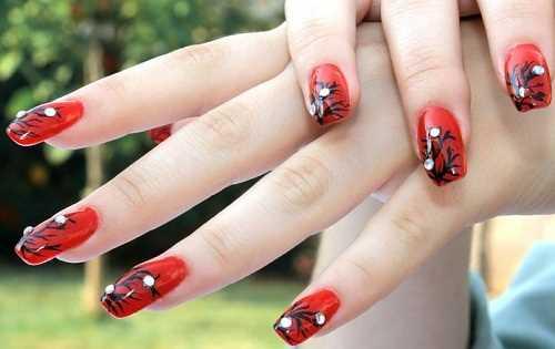 del bello. unghie rosse decorate