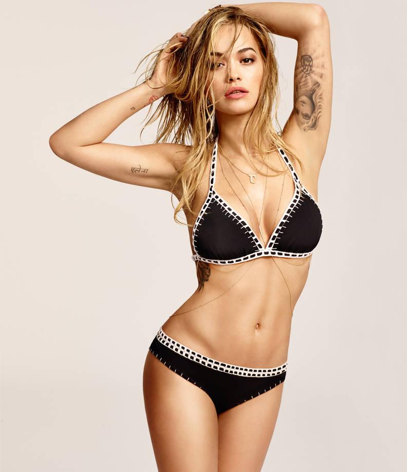 rita-ora-indossa-bikini-a-triangolino-nero-con-inserti-bianchi