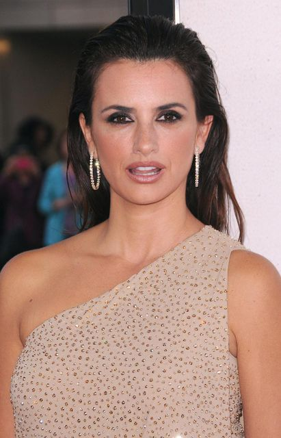 "LOS ANGELES, CA - JUNE 14: Penelope Cruz arrives at North American premiere of ""To Rome With Love"" at Regal Cinemas at L.A. Live on June 14, 2012 in Los Angeles, California. (Photo by Scott Kirkland/PictureGroup) via AP IMAGES Ap fuori circuitole immagini sono extra circuito abbonamento e quindi a pagamento.Contattare: massimo.zanotti@lapresse.it Capelli-sciolti-con-effetto-bagnato-per-Penelope-Cruz"