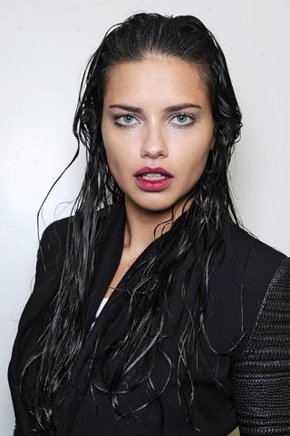 Capelli-sciolti-effetto-bagnato-per-Adriana-Lima - CapelliStyle.it