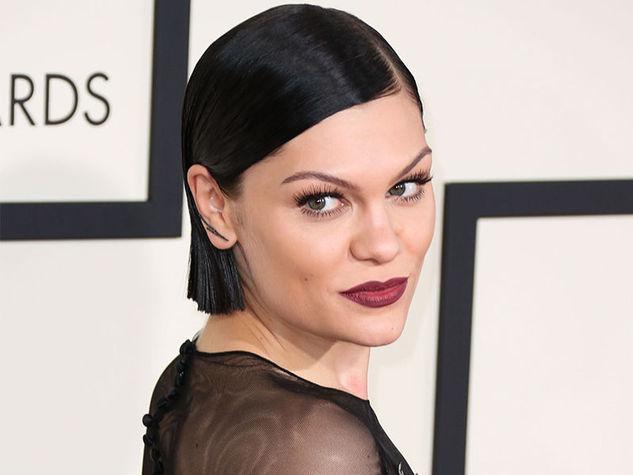 bob-medio-con-riga-da-parte-ad-effetto-wet-con-capelli-portati-dietro-alle-orecchie-per-Jessie-J