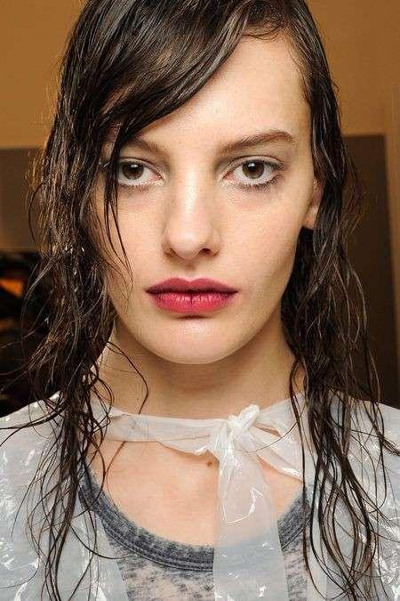 capelli-mossi-effetto-wet-con-ciuffo-sul-viso