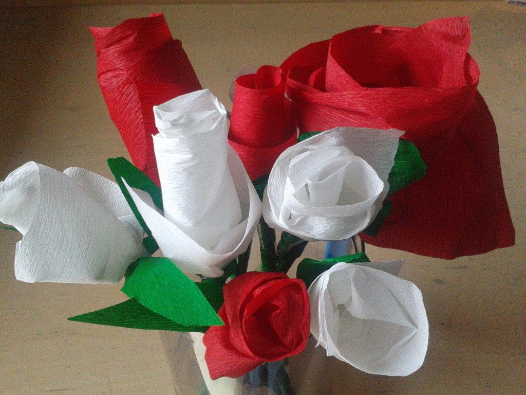 Rose di carta crespa tutorial e idee per decorare la for Carta per cartapesta