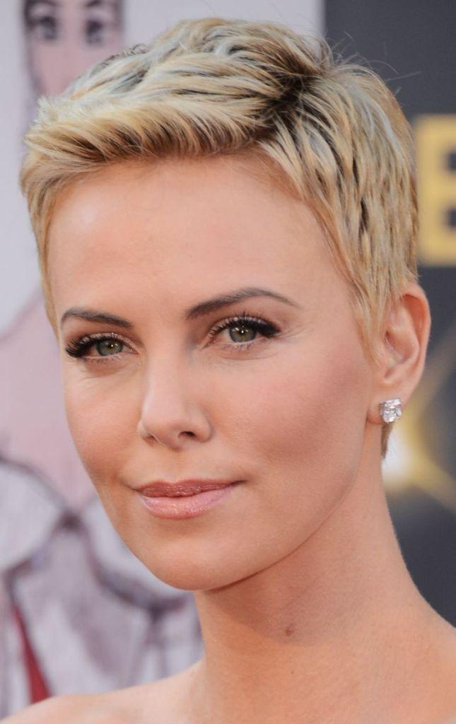 43 tagli corti ispirati alle star  Da Charlize Theron a Scarlett ... 3ed3d1af0467
