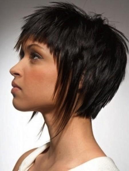 Taglio capelli corti sfilati con frangia