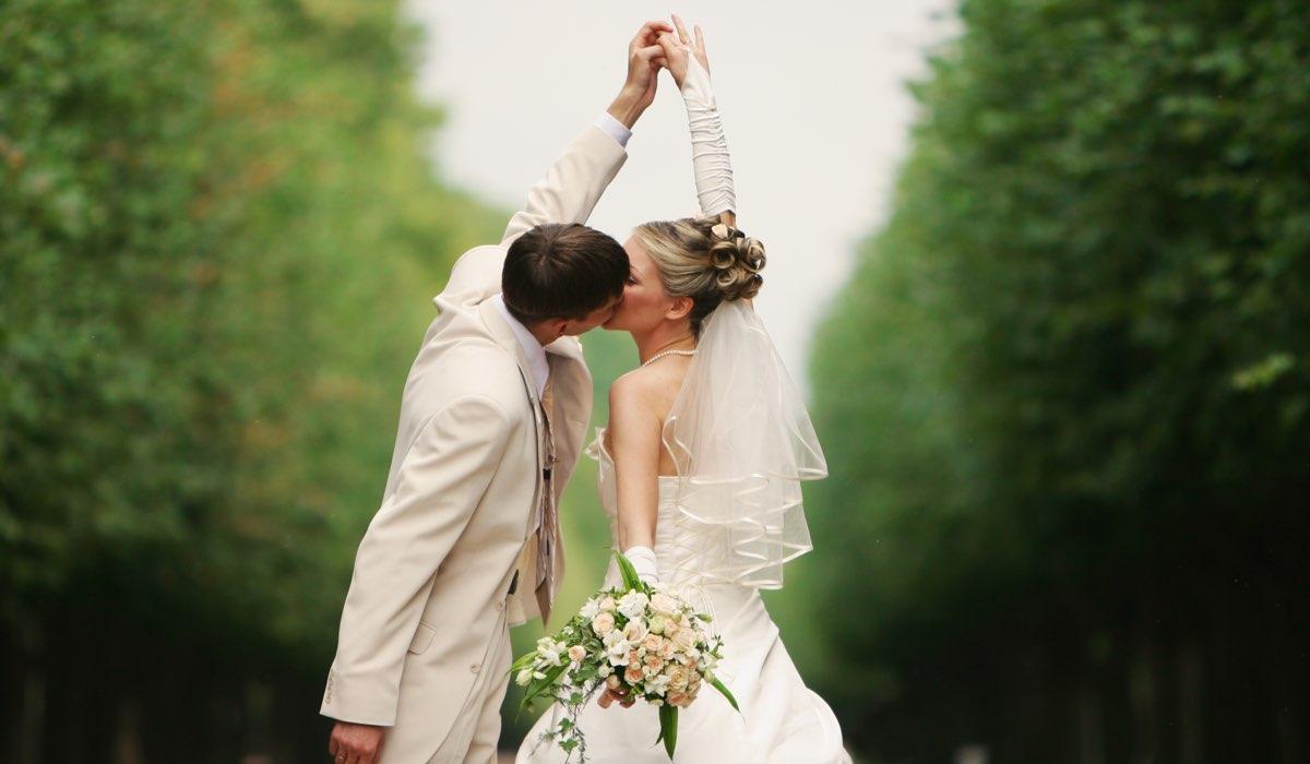 Kissing couple matrimonio