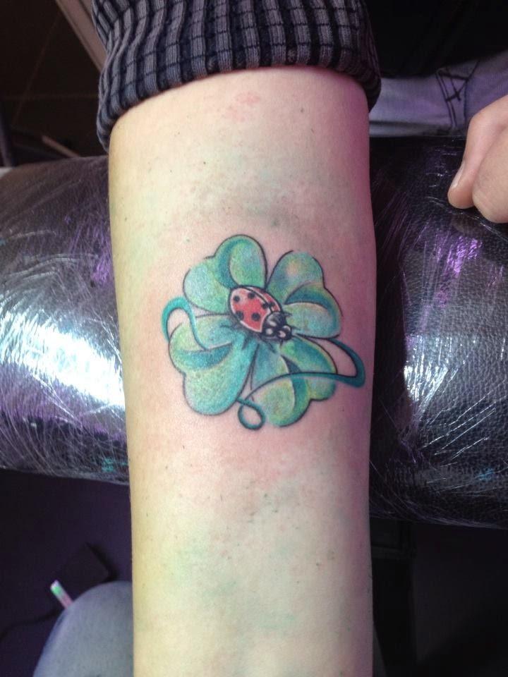 Tatuaggio quadrifoglio significato e immagini for Foto tatuaggi lettere