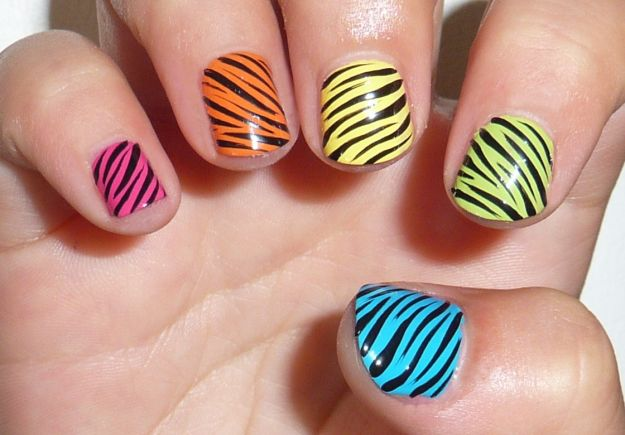nail-art-animalier-zebrate-colorate
