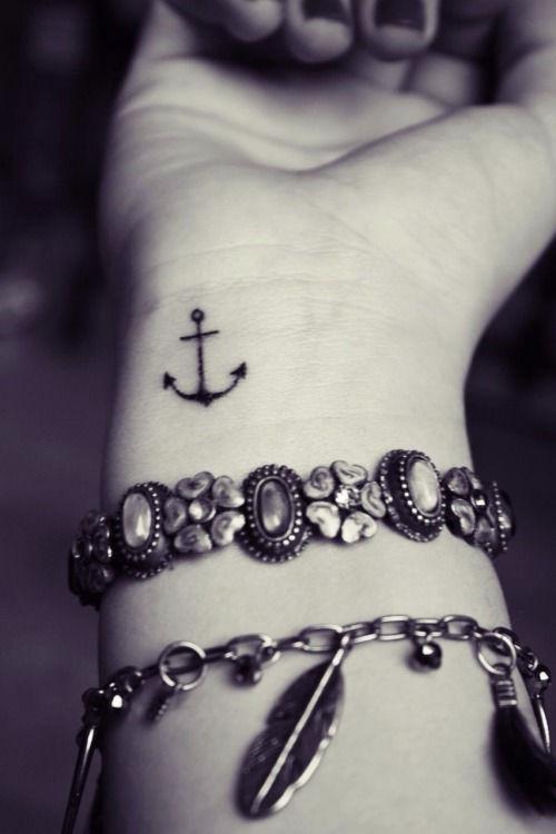 piccolo-tatuaggio-ancora-sul-polso