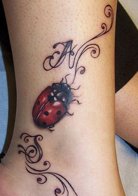 Tatuaggio-coccinella-sulla-caviglia-immagine