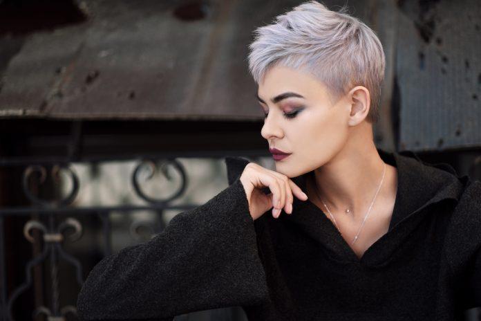 capelli corti argento