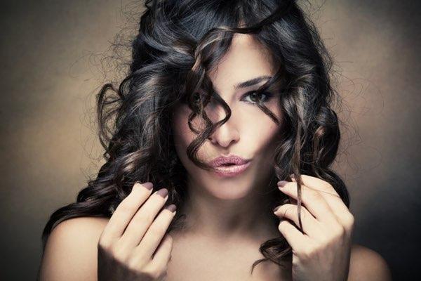 donna con taglio di capelli corti e ricci