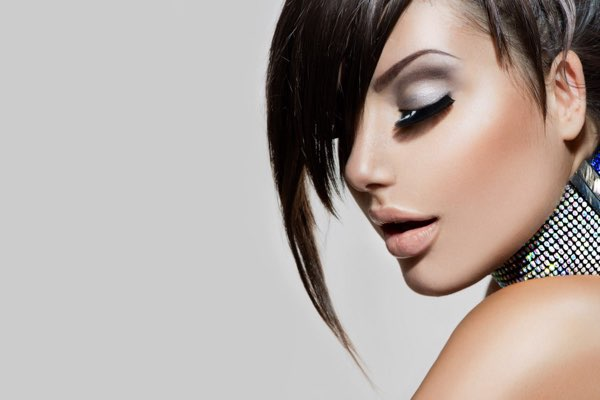 donna con taglio di capelli corto con ciuffo