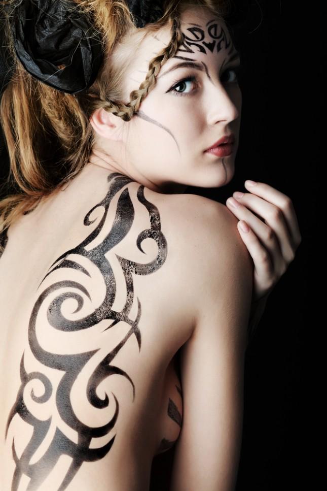 donna-con-maori-tatuato-sulla-schiena