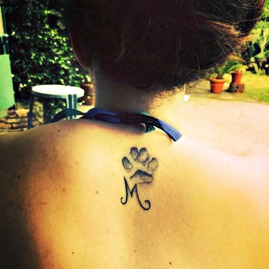 tattoo-con-zampa-e-iniziale-del-cane