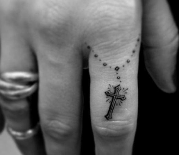 piccolo-tatuaggio-croce-cristiana-sul-dito