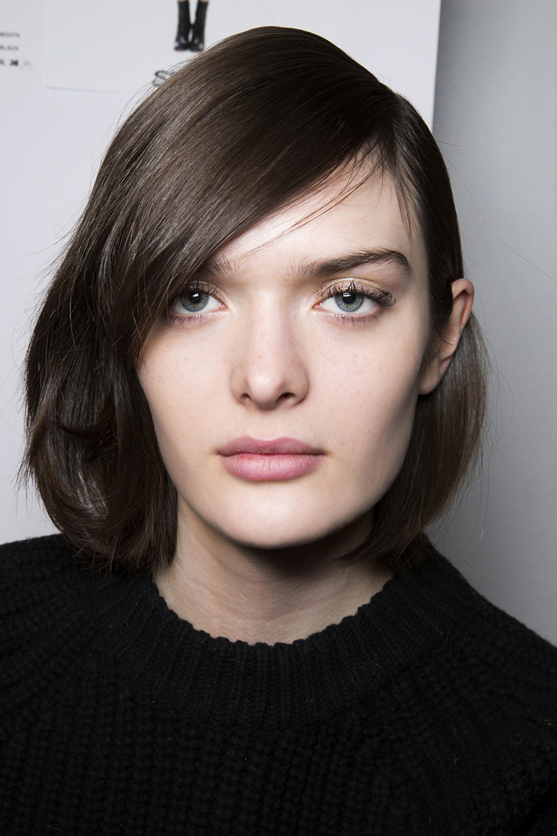 sleek-medium-short-hairstyle-with-side-part