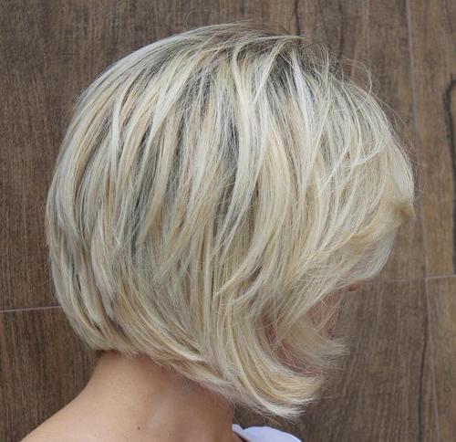 Taglio capelli medi scalati